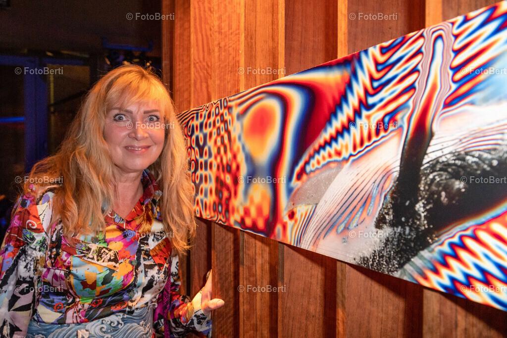 ART Parade by Getränke Hoffmann | Modedesignerin Nanna Kuckuck, vor dem Entwurf von Snyder, der den 1. Platz belegte.
