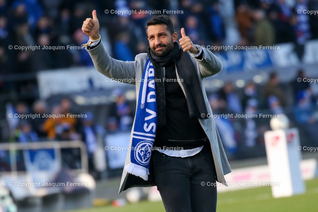 191221svdvshsv_0262 | 21.12.2019 Fussball 2.Bundesliga, SV Darmstadt 98-Hamburger SV emspor, despor  v.l.,  EL Capitano Kapitän Aytac Sulu bedankt sich bei den Fans, bedanken, Dank. Mannschaft nach dem Spiel, after the match bedankt sich bei den Fans, applauds the fans    (DFL/DFB REGULATIONS PROHIBIT ANY USE OF PHOTOGRAPHS as IMAGE SEQUENCES and/or QUASI-VIDEO)