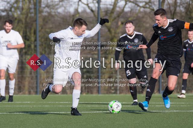 Fußball, Herren, Kreisliga 3, ETSV Hamburg II - SC Vier- und Marschlande III., Mittlerer Landweg, 01.03.2020 | Peter Karge (#9, SCVM), Alexander Hamann (#5, ETSV, Kapitän)