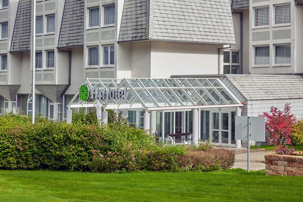 aussenansicht-eingang-tag-02-hplus-hotel-wiesbaden-niedernhausen