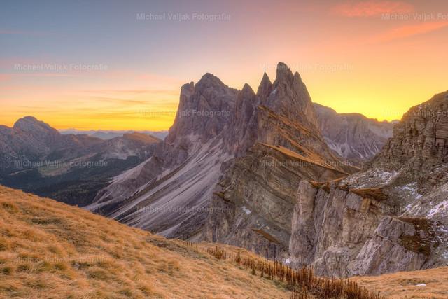 Sonnenaufgang auf der Seceda | Farbenfroher Sonnenaufgang auf der Seceda in Südtirol mit Blick zur Geislergruppe.