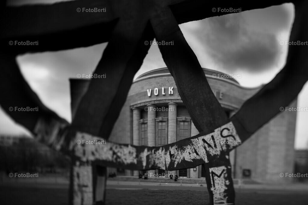 Blick auf die geschlossene Volksbühne in Berlin
