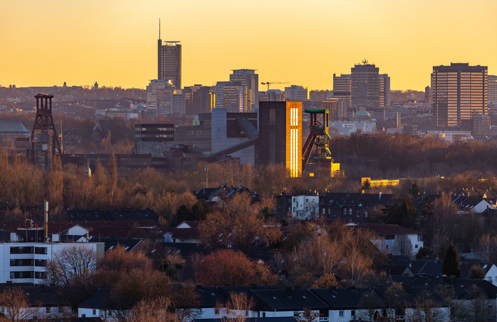 JT-190215-001 | Skyline von Essen, vorne die Zeche Zollverein, Weltkulturerbe, dahinter die Hochhäuser der Innenstadt, mit dem Rathaus, rechts, RWE Tower, links,
