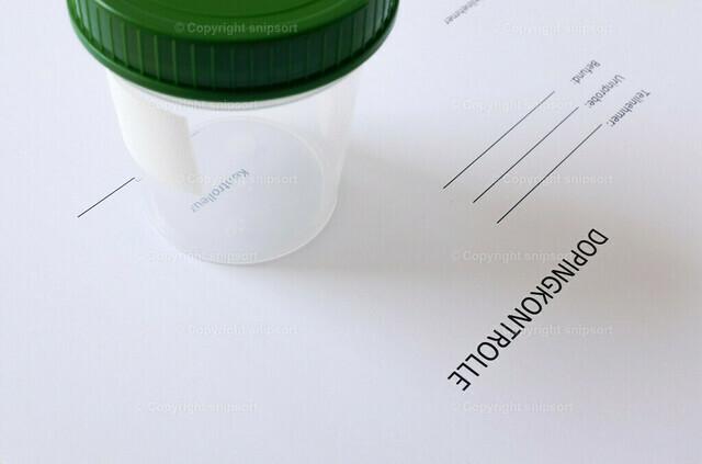 Probebecher auf einem Formular mit Überschrift Dopingkontrolle