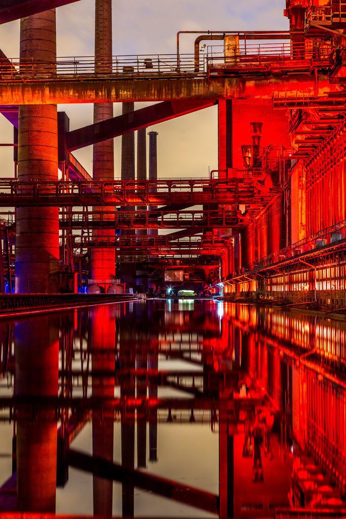 JT-160224-010 | Kokerei Zollverein, Welterbe Zeche Zollverein, beleuchtet Kokerei, Spiegelung im dem mit Wasser gefüllten Druckmaschinengleis, Essen, Deutschland,