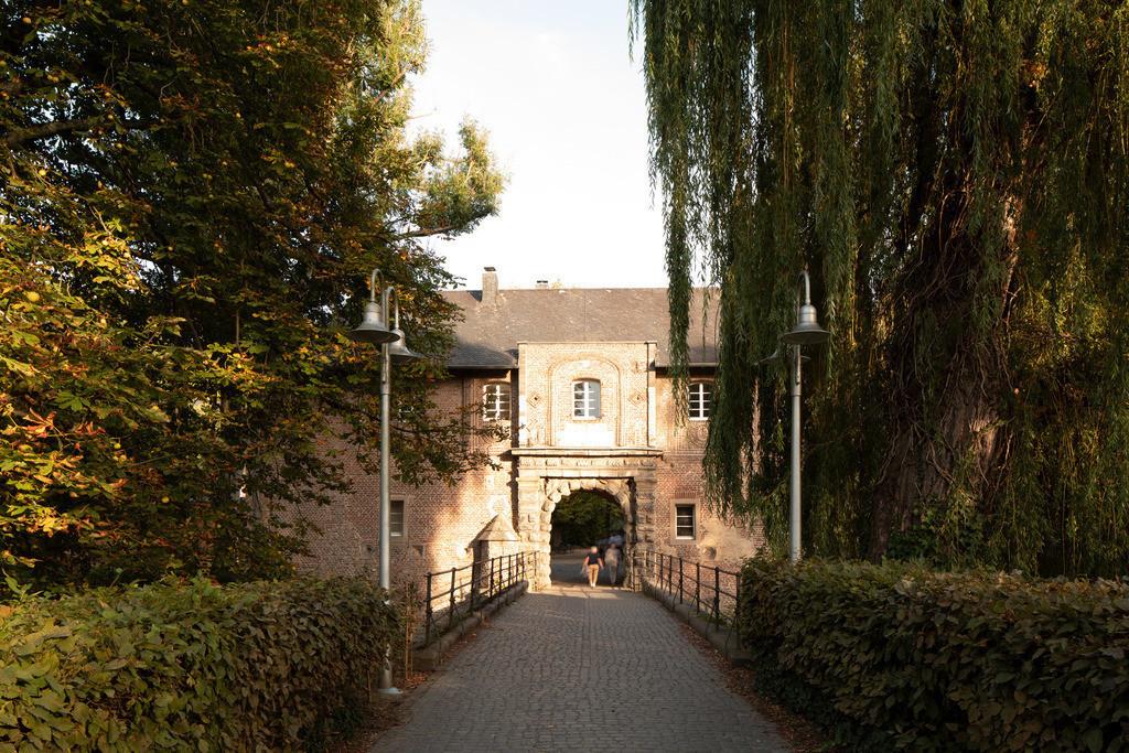 Mönchengladbach-schloss-rheydt-eingang-02-h4-hotel-moenchengladbach