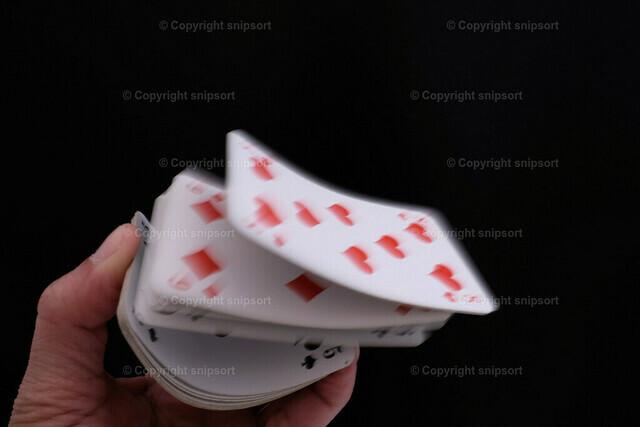 Springende Karten in der Hand | Konzept eines Kartenspielers