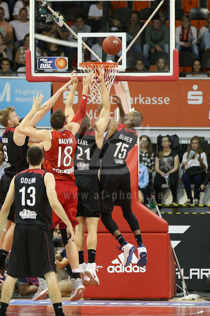 20160930_AF1DX_7901-2   l-r: Kampf unterm Korb Max UGRAI #6 (S. Oliver Wuerzburg), Ondrej BALVIN #18 (FC Bayern Basketball), Brendan LANE #21 (S. Oliver Wuerzburg), und Lamonte ULMER #15 (S. Oliver Wuerzburg), FC Bayern Basketball vs. S. Oliver Wuerzburg, Basketball, Bundesliga, 30.09.2016