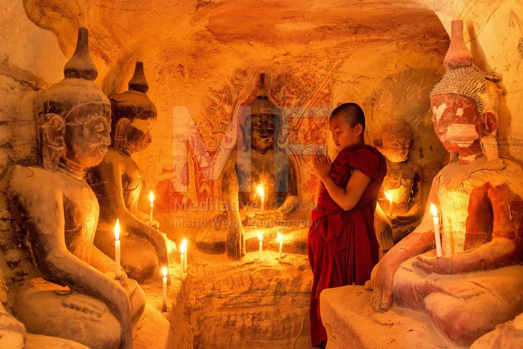 MW0115-2739 | Betender Mönch in den Höhlen Hpo Win Daung nahe Monywa  ** Feindaten bitte anfragen bei Mario Weigt Photography, info@asia-stories.com **