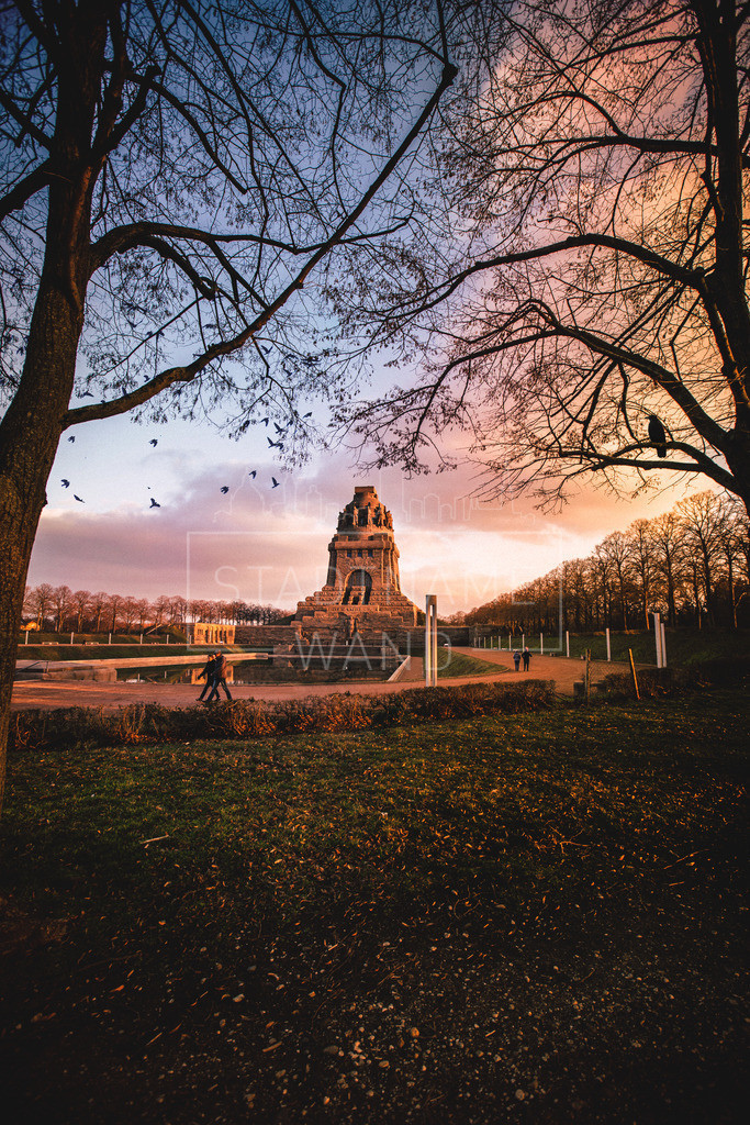 Das Monument der Völkerschlacht bei Leipzig | Abendsonne umschlingt den Bau. Der Himmel zieht das Sternenfeld auf und lässt den Tag zur Nacht werden.