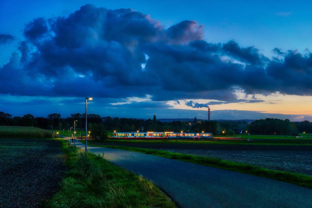 Landschaft mit Stadtbahn bei Altenhagen | Landschaft mit Stadtbahn am Abend bei Bielefeld-Altenhagen.