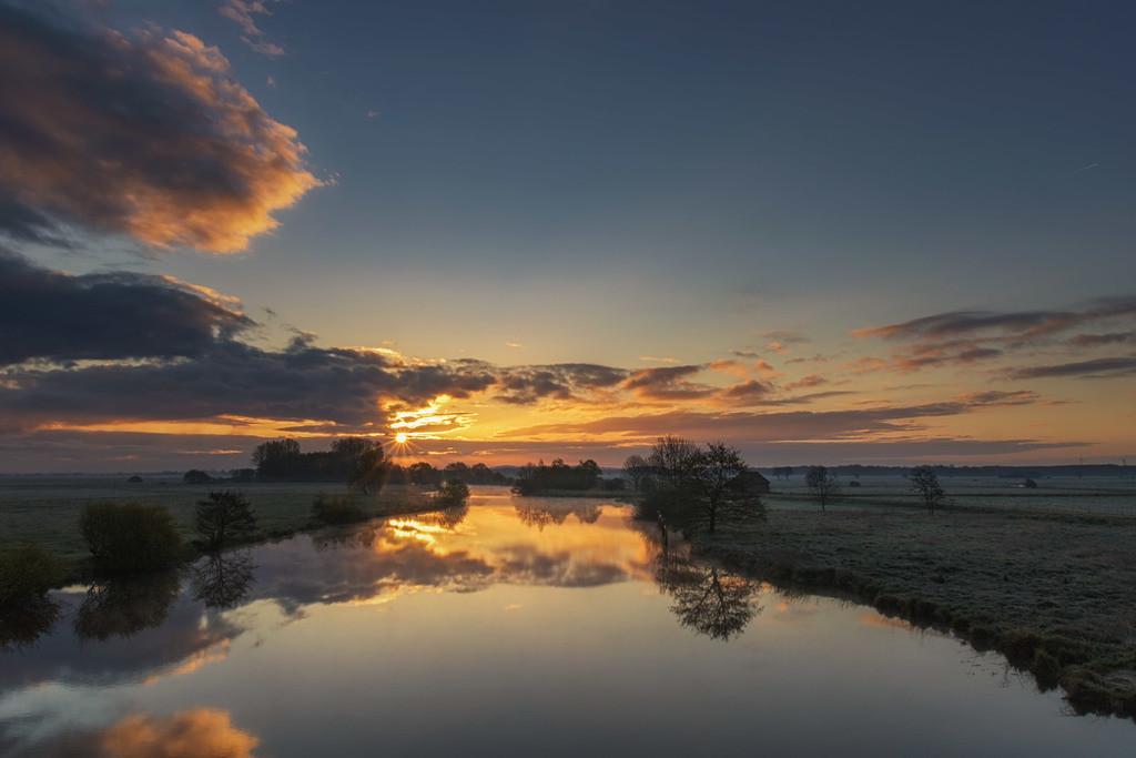 Sonnenaufgang an der Hamme | Toller Sonnenaufgang mit Spiegelung auf der Hamme.