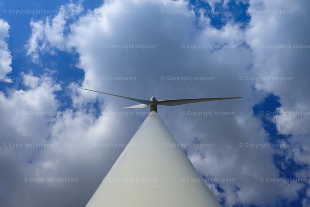 Windkraftanlage | Ein in die Wolken hinausragender Mast einer Windkraftanlage