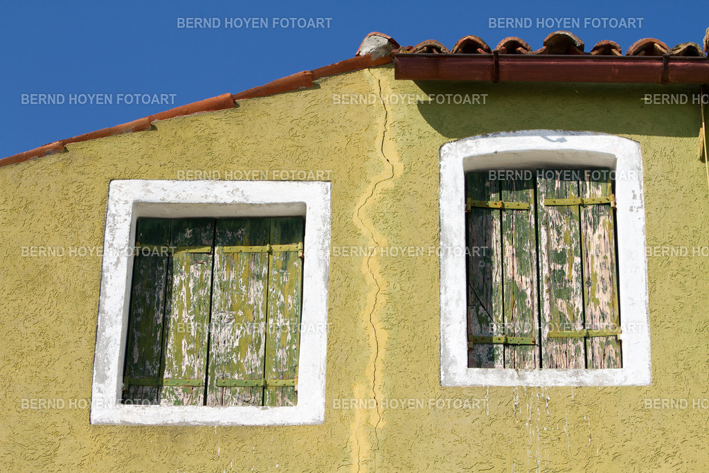 the crack | Foto einer alten Hauswand in Burano, Italien. | Photo of an old house wall in Burano, Italy.