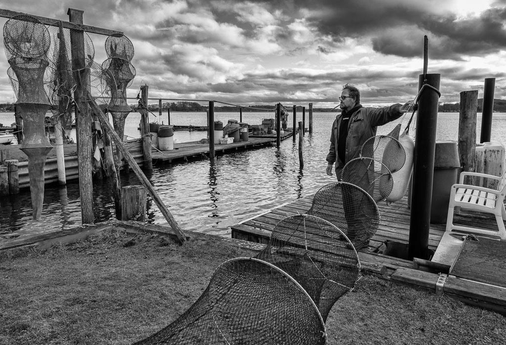 Fischer Matthias Nanz © Holger Rüdel | Der Fischer Matthias Nanz aus Schleswig ist einer der letzten Berufsfischer an der Schlei. Die Fischerei war früher prägend für den Schleswiger Stadtteil Holm, in dem Matthias Nanz lebt. Das Bild zeigt ihn in einer kurzen Arbeitspause bei der Reparatur seiner Reusen mit einer Netznadel.