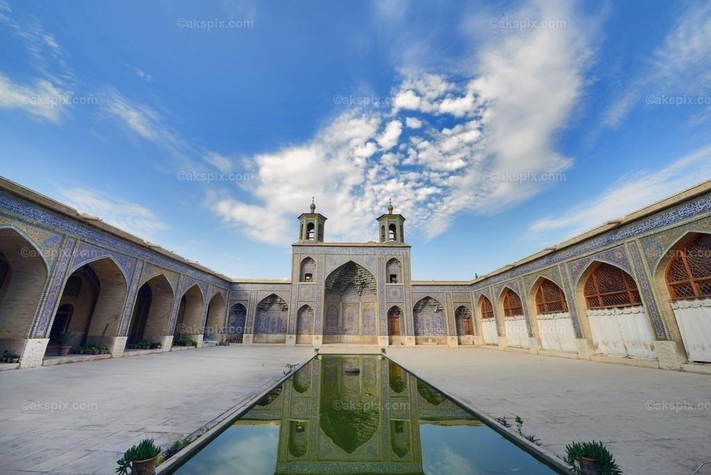 Kadscharen-Dynastie -  Nasir-ol-Molk-Moschee   Die Nasir-ol-Molk-Moschee, auch bekannt als Rosafarbene Moschee, ist eine Moschee in Schiras, Iran. Sie liegt am Gowad-e-Arabān-Platz in der Nähe der Schāh-Tschérāgh-Moschee.  Die Moschee wurde im Zeitalter der Kadscharen-Dynastie erbaut. Die Bauzeit war von 1876 bis 1888, der Bau selbst lag unter der Aufsicht von Mirzā Hasan Ali (Nasir ol Molk), einem Anführer der Kadscharen. Die Architekten der Moschee waren Mohammad Hasan-e-Memār und Mohammad Rezā Kāshi-Sāz-e-Širāzi. Die Nasir-ol-Molk-Moschee befindet sich zentral gelegen in der Stadt am Goade-e-Araban-Platz und wird bis heute von Gläubigen benutzt. Damals rief eine Stiftung den Bau der Nasir-ol-Molk-Moschee ins Leben. Diese Stiftung betreibt die Moschee bis heute.