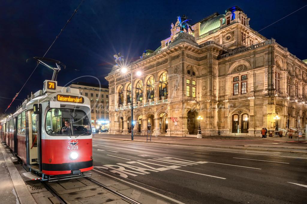 Oper | Die Wiener Oper mit einer alten Straßenbahngarnitur
