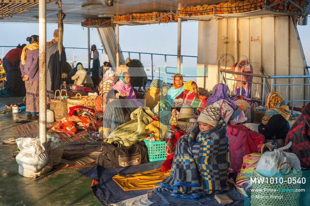 MW1010-0540   Myanmar   Sagaing-Region   Reportage: Schiffsreise von Bhamo nach Mandalay auf dem Ayeyarwady   Einheimische auf dem Zwischendeck der IWT-Fähre Pyi Gyi Tagon 2 am Morgen.  ** Feindaten bitte anfragen bei Mario Weigt Photography, info@asia-stories.com **