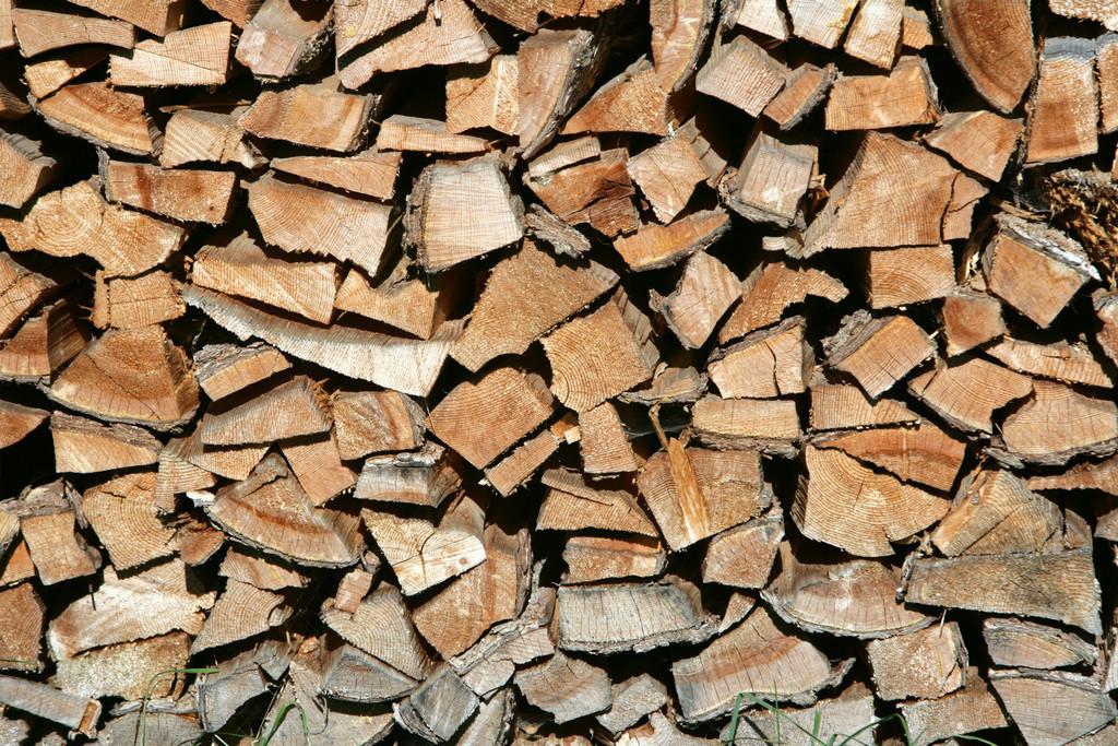 Stubaital  | Aufgeschichtetes Brennholz, zum heizen.
