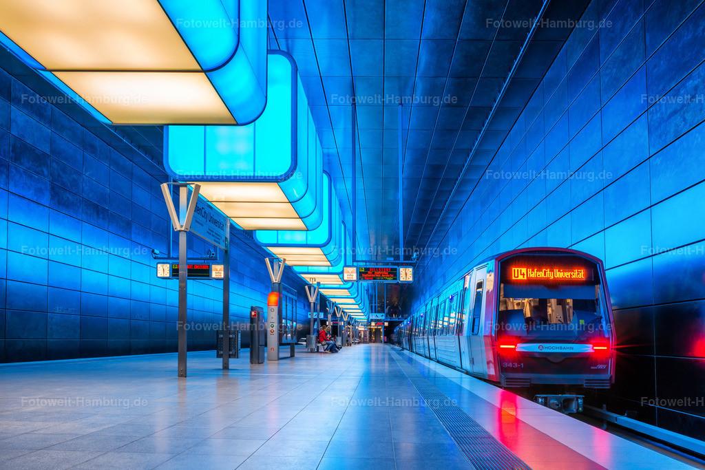 10210504 - U-Bahn im blauen Licht | U-Bahn in der blau beleuchteten Station Hafencity Universität .