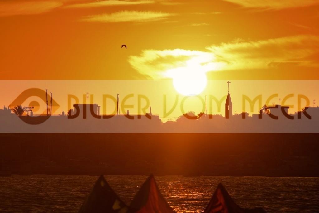 Bilder vom Meer: Skysurfen bei Sonnenuntergang   Sky Surfer in San Pedro del Pinatar, Spanien