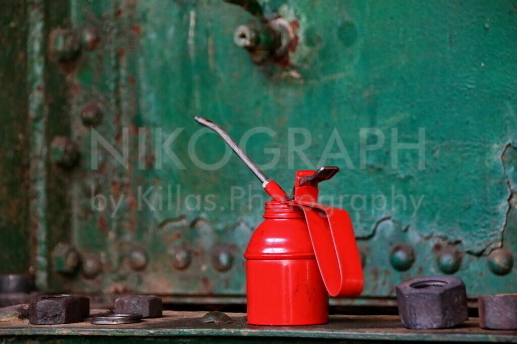 Ölkanne | Eine Ölkanne in einer Lokwerkstatt mit diversen Schrauben.