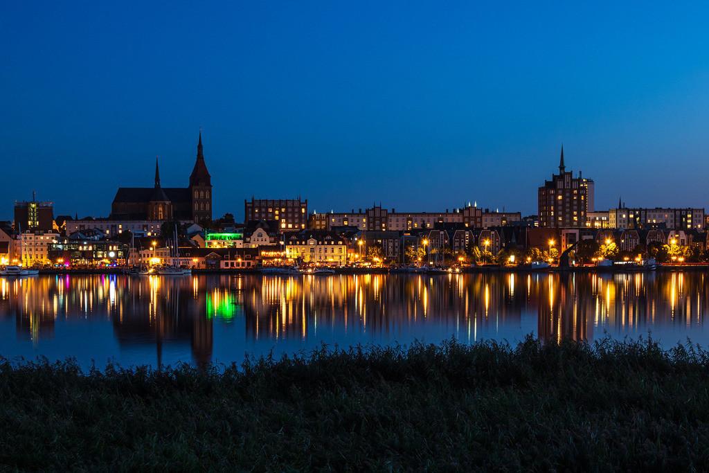 Blick über die Warnow auf die Hansestadt Rostock bei Nacht   Blick über die Warnow auf die Hansestadt Rostock bei Nacht.