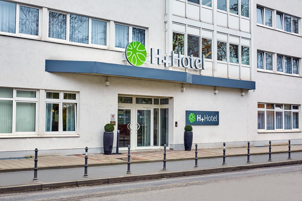 aussenansicht-eingang-tag-01-hplus-hotel-darmstadt
