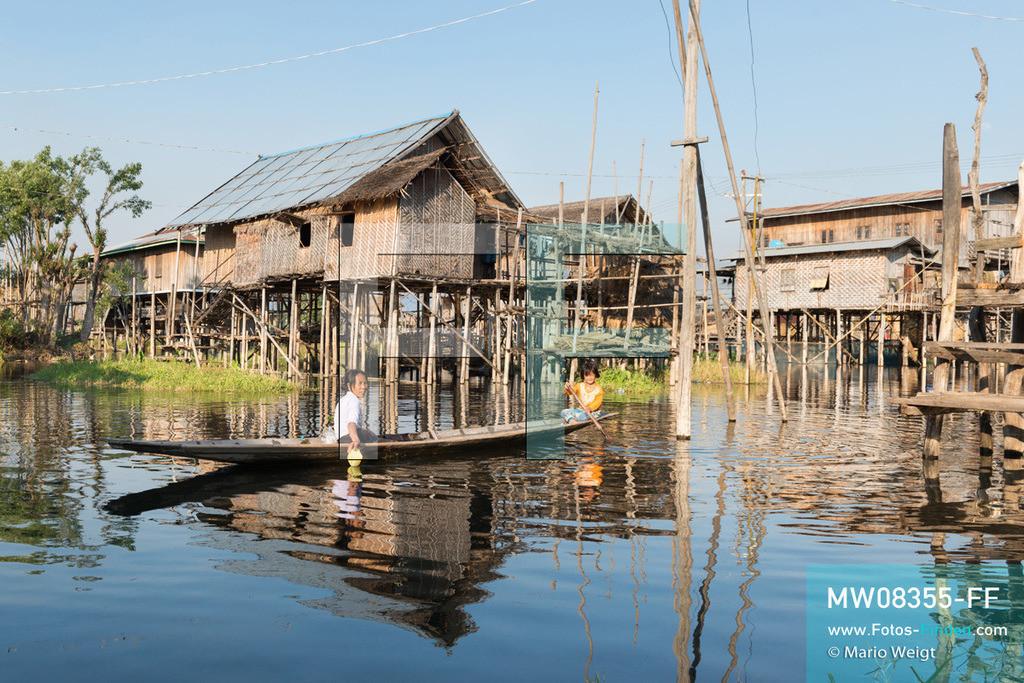 MW08355-FF | Myanmar | Inle-See | Nyaungshwe | Reportage: Ye Lin lebt auf dem Inle-See | Wie Ye Lin wohnen alle Bewohner vom Inle-See in Stelzenhäuser, gebaut aus Bambus und Holz. Ob zum Nachbarn, schwimmenden Markt oder Schule paddelt jeder mit dem Boot. Der 8-jährige Ye Lin Yar Zar lebt mit seinen Eltern in einem Pfahlhaus auf dem Inle-See. Er gehört zur ethnischen Gruppe der Intha und beherrscht die einzigartige Einbeinrudertechnik, um zur Schule zukommen.  ** Feindaten bitte anfragen bei Mario Weigt Photography, info@asia-stories.com **
