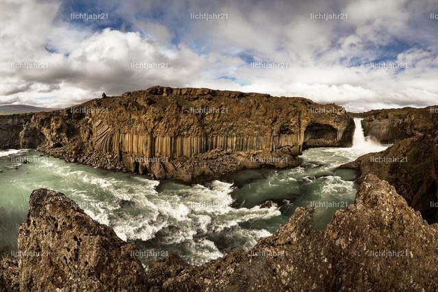 Panorama mit Wasserfall, Felsen und weiter Landschaft | Panoramablick über eine weite Landschaft, im Vordergrund ein Wasserfall mit Stromschnellen in gewaltigen Basaltfelsen, darüber ein kontrastreicher Himmel - Location: Island, Aldeyjarfoss
