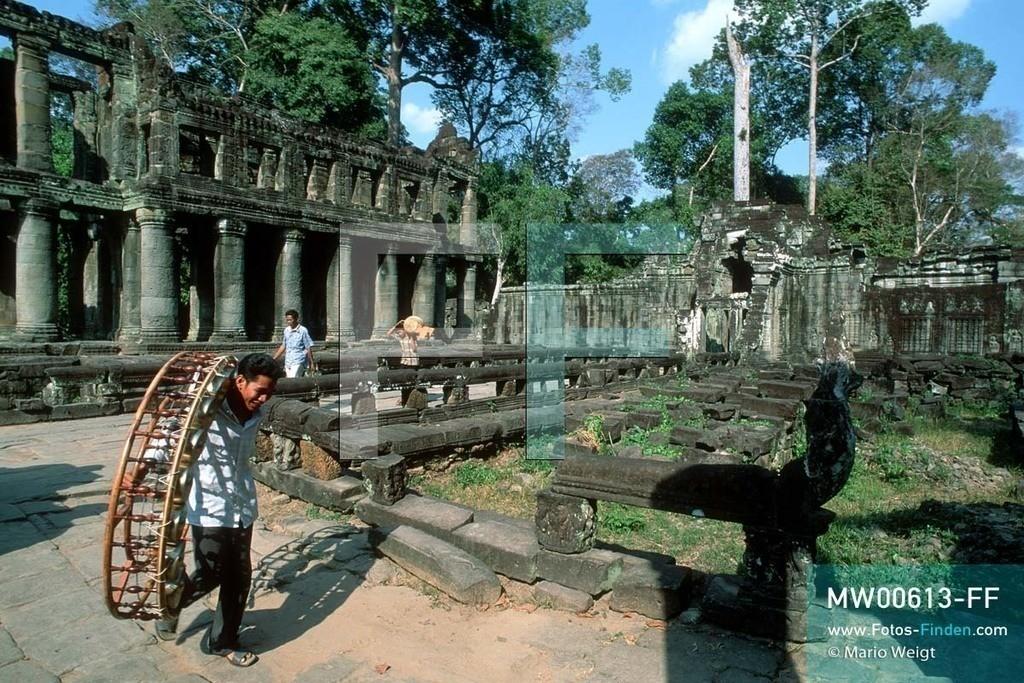 MW00613-FF | Kambodscha | Siem Reap | Reportage: Apsara-Tanz | Musiker tragen die Instrumente für eine Apsara-Tanzaufführung in den Tempel Preah Khan. Kambodschas wichtigstes Kulturgut ist der Apsara-Tanz. Im 12. Jahrhundert gerieten schon die Gottkönige beim Tanz der Himmelsnymphen ins Schwärmen. In zahlreichen Steinreliefs wurden die Apsara-Tänzerinnen in der Tempelanlage Angkor Wat verewigt.   ** Feindaten bitte anfragen bei Mario Weigt Photography, info@asia-stories.com **