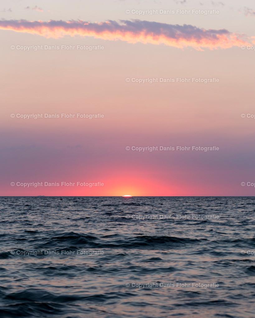 Sunset | Sin Sonnenuntergang über der Ostsee, die Sonne versinkt im Meer und taucht die Welt in ein lila Licht