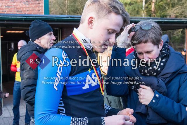 Radsport, Stevens Cyclocross Cup 2019, 10. Lauf (RSG Nordheide), Rennen 9 (Elite Herren + U23, Masters 2 / Elite Ü40 und Junioren U19), Buchholz i.d.N., 19.01.2020   Der U19 Sieger Ben Laatsch (RSG Nordheide, #86) kann
