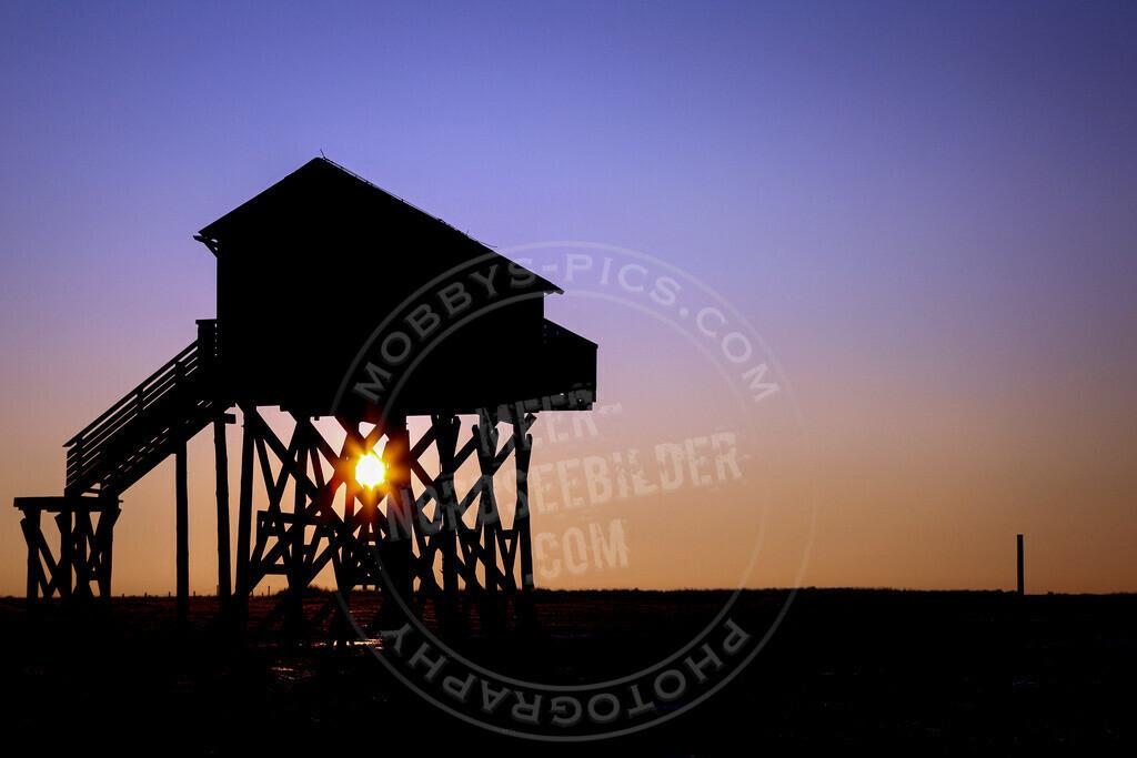 MOBY1424 | Pfahlbau im Sonnenaufgang