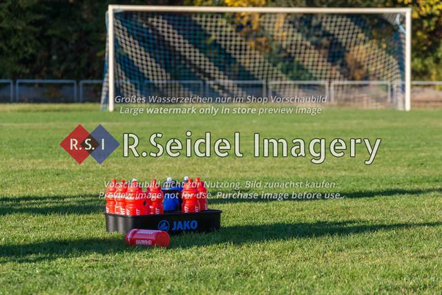 Trinkflaschen auf einem Fußballplatz vor einem Tor | Foto des Fußballspiels zwischen VfL Lohbrügge und SV Altengamme in der Landesliga Hansa am 13.10.2018.