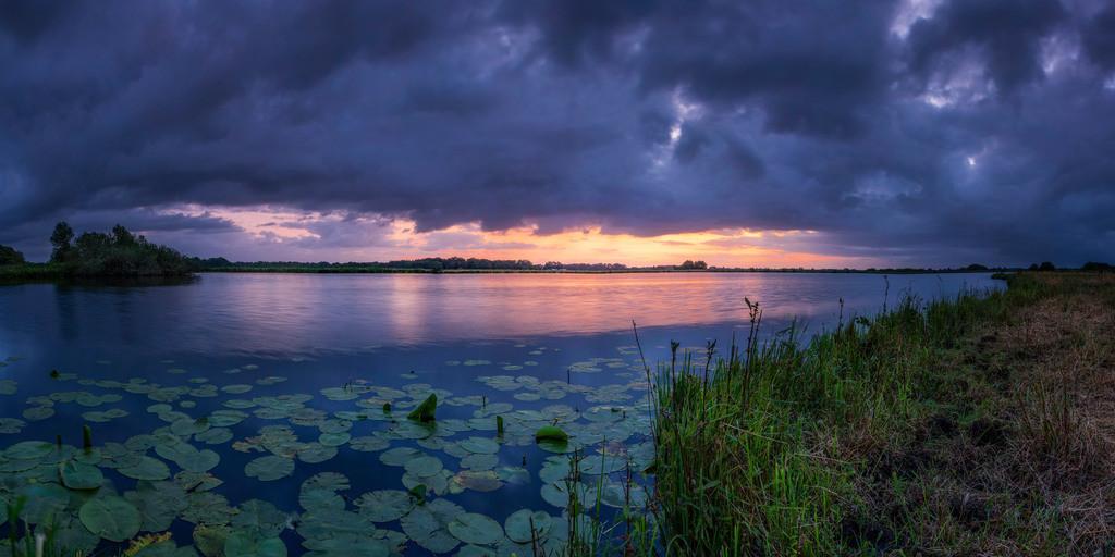 Blaue Stunde am Breiten Wasser   Zu Sonnenaufgang am Breiten Wasser.