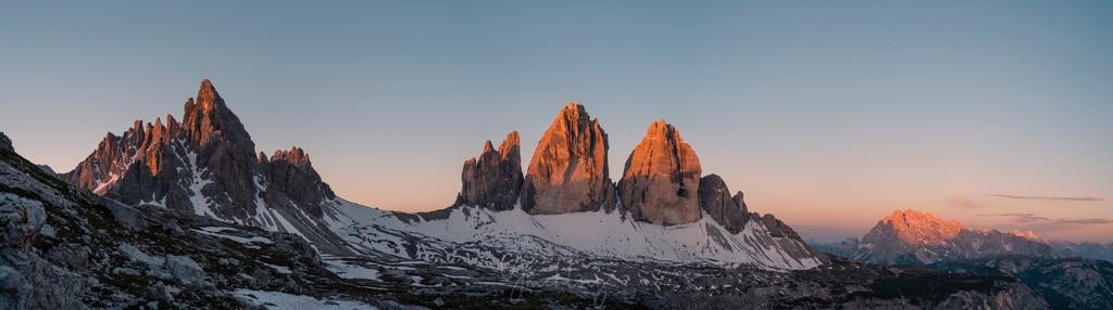 Morgenrot an den Drei Zinnen | 5:15 Uhr Sonnenaufgang am 22.Juni an den Drei Zinnen. Es hat noch etwas Schnee aus dem Schneereichen Winter 2021.