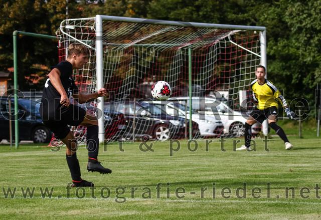 2019-09-14_064_JFG_Speichersee_04_gegen_FC_Lengdorf   Finsing, Deutschland, 14.09.2019: Fußball, Quali Kreisliga Süd Donau/Isar 2019 / 2020, 1. Spieltag, JFG Speichersee 04 gegen FC Lengdorf, Endergebnis: 2:0  Marco Burks (JFG Speichersee 04, #10), Torwart Gabriel Nicolai ((SG) FC Lengdorf, #1)  Foto: Christian Riedel / fotografie-riedel.net