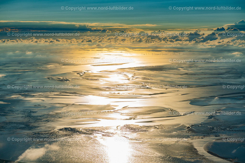 Cuxhaven_Hamburger_Wattenmeer_ELS_3142300820 | CUXHAVEN 30.08.2020 Sonnenuntergang über der Landschaft Wattenmeer an der Nordseeküste in Cuxhaven im Bundesland, Deutschland. Weiterführende Informationen bei: Nordseeheilbad Cuxhaven GmbH,  Samtgemeinde Land Hadeln. // Sunset over the Wadden Sea landscape on the North Sea coast in Cuxhaven in the state, Germany. Further information at: Nordseeheilbad Cuxhaven GmbH,  Samtgemeinde Land Hadeln. Foto: Martin Elsen