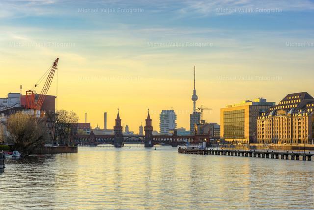Berlin Oberbaumer Brücke | Die Oberbaumbrücke verbindet die beiden Stadtteile Kreuzberg und Friedrichshain über die Spree. Im Bild ist ebenfalls der Berliner Fernsehturm zu sehen sowie das Firmengebäude von Universal Music.