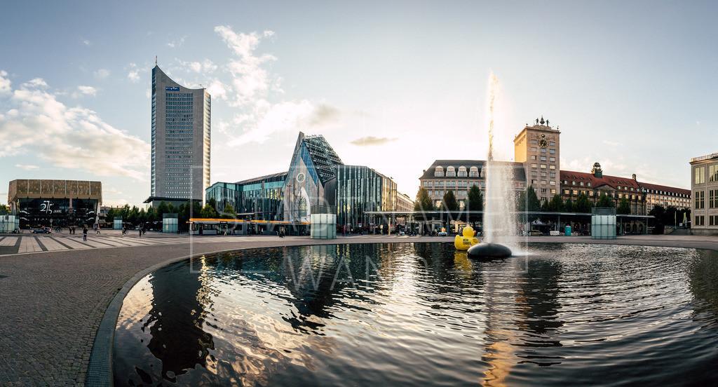 Augustusplatz Leipzig | Am Brunnen vor der Leipziger Oper mit Blick auf den Panoramatower, dem Gewandhaus und der neugestalteten Silhouette der Paulinerkirche.