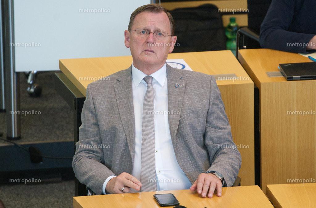 Bodo Ramelow blickt gequält im Landtag während er bei der Fraktion der Linken sitzt