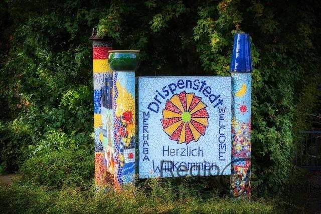 Willkommen in Drispenstedt | Das Mosaik am Ortseingang wurde vom internationen Jugendcamp 2005 gestaltet