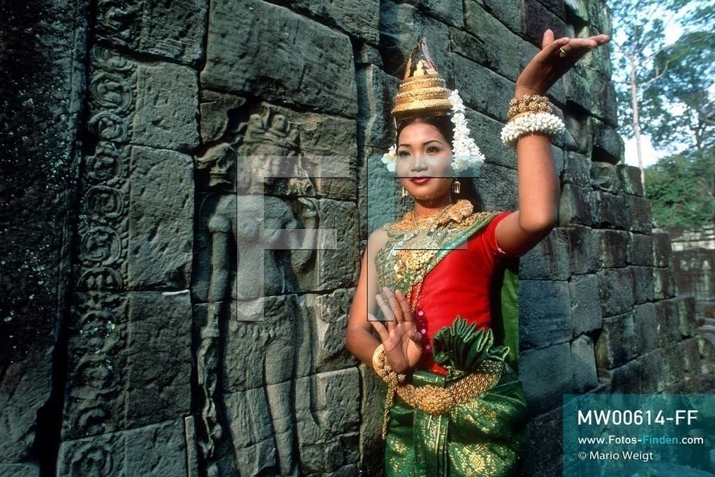 MW00614-FF | Kambodscha | Siem Reap | Reportage: Apsara-Tanz | Apsara-Tänzerin im Tempel Preah Khan. Kambodschas wichtigstes Kulturgut ist der Apsara-Tanz. Im 12. Jahrhundert gerieten schon die Gottkönige beim Tanz der Himmelsnymphen ins Schwärmen. In zahlreichen Steinreliefs wurden die Apsara-Tänzerinnen in der Tempelanlage Angkor Wat verewigt.   ** Feindaten bitte anfragen bei Mario Weigt Photography, info@asia-stories.com **
