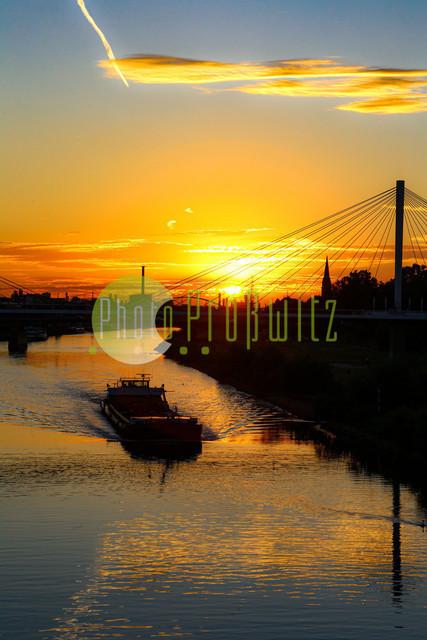 Sonnenuntergang am Neckar | Mannheim. 28JUL20 | Mannheim in der Abendsonne am Neckar. Sonnenuntergang. Mit Neckaruferbebauung und dem Collins Center (links)   BILD- ID 2121 | Bild: Photo-Proßwitz 27JUL20