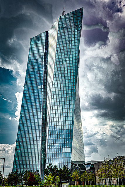 EZB - Stürmische Zeiten ziehen auf...   … oder auch nicht. Kann sich jeder selber darüber Gedanken machen. Trotzdem passen die Wolken sehr gut zur Glasfassade der EZB finde ich. Egal von welcher Seite und Wetter, es ist immer ein Genuss die EZB digital einzufangen. Ab und an hat man das Gefühl, dass die EZB mit dem Himmel und Wolken verschmilzt.
