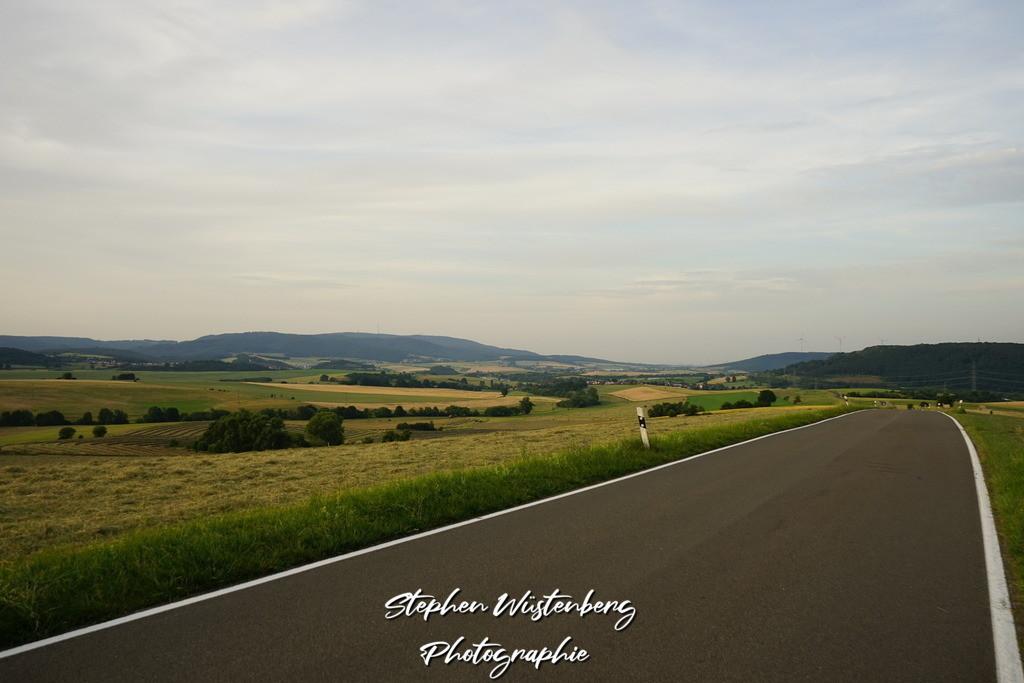 Landstrasse im Potzbacher Tal | Landstrasse im Potzbacher Tal mit Blick auf den Donnersberg