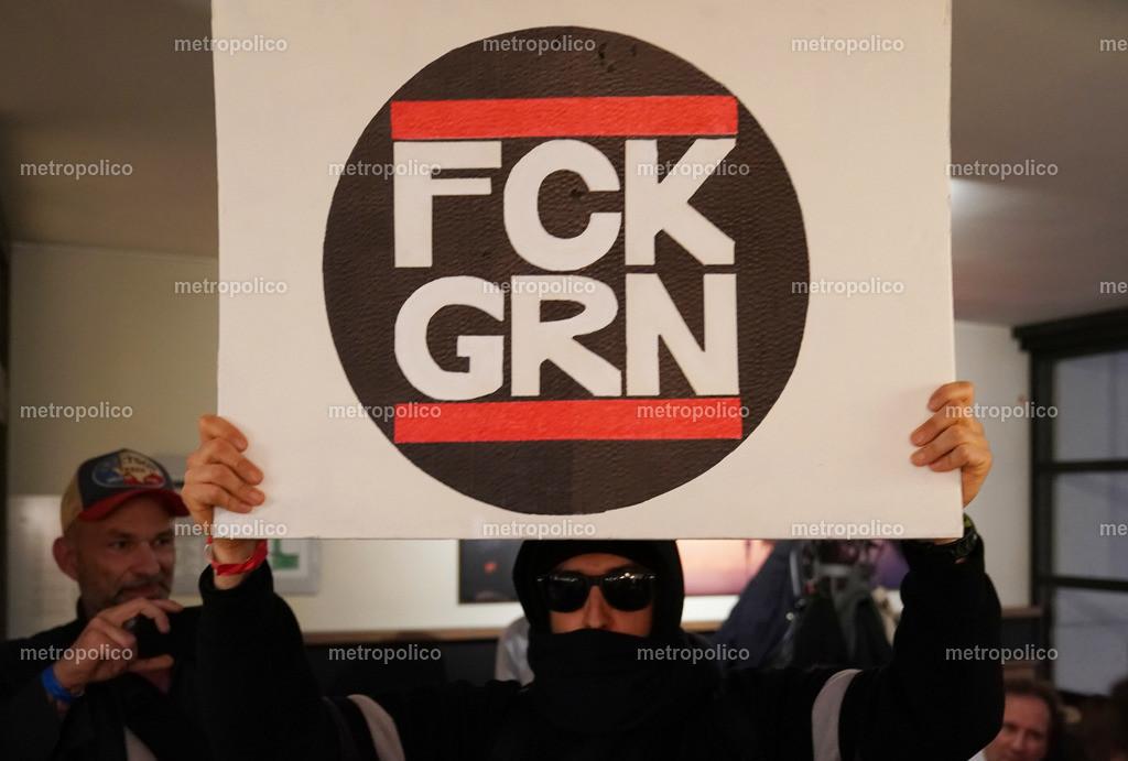 Eine Antifa Persiflage eines Teilnehmers der Veranstaltung der freien Medien mit Milo Yiannopoulo (2)