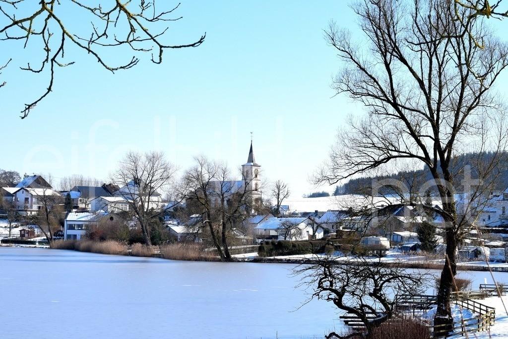 Schalkenmehrener Maar im Winter   Winterlandschaft am Schalkenmehrener Maar in der Eifel (Vulkaneifel)