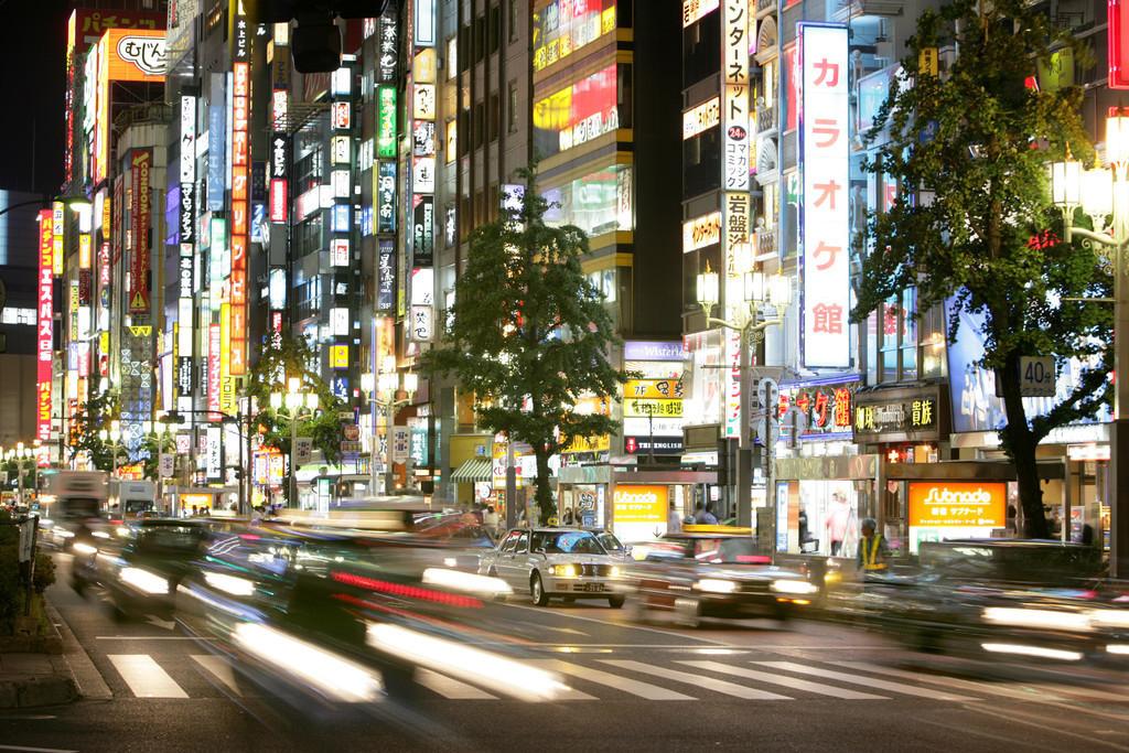 Shinjuku   Japan, Tokio: Stadtteil Shinjuku. Ostseite der Shinkuku Station, Einkaufs- und Vergnuegungsviertel an der Shinjuku Subnade Strasse, Leuchtreklame
